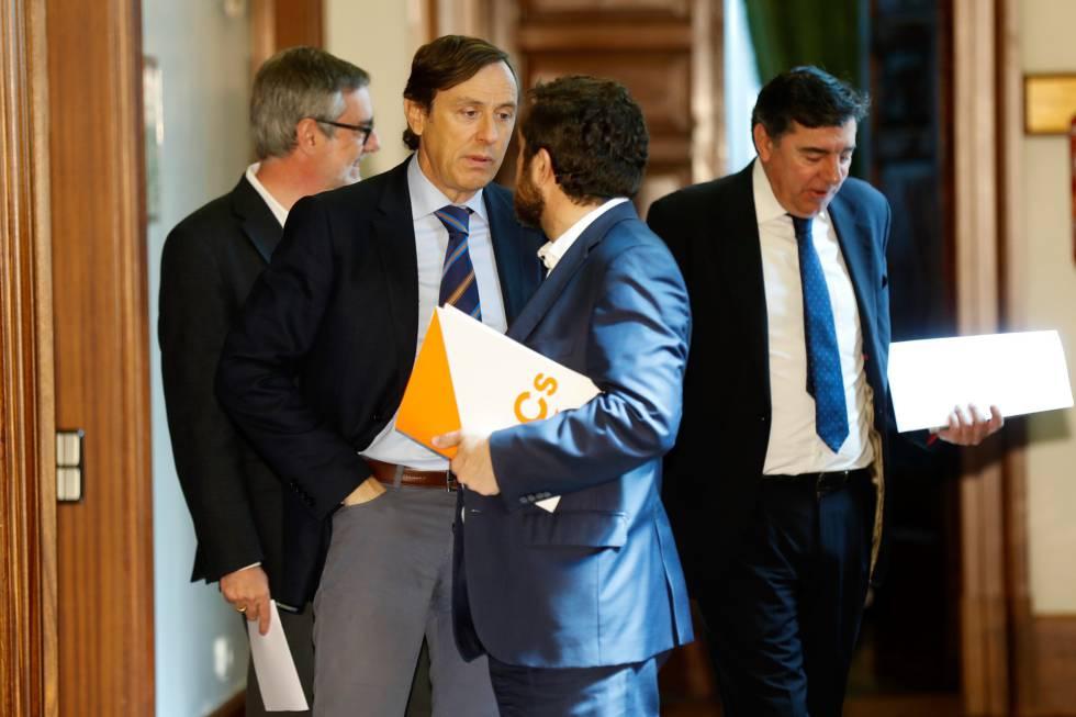 Rafael Hernando y Miguel Gutiérrez, ante José Manuel Villegas y Bermudez de Castro.