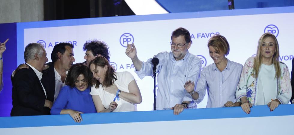 El líder del PP y candidato a la presidencia, Mariano Rajoy, saluda a sus seguidores desde la sede de Génova.