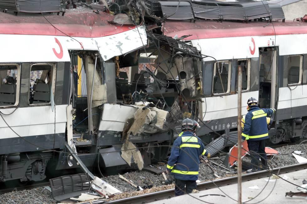 Bomberos junto a uno de los trenes atacados con bombas en Madrid el 11 de marzo de 2004.