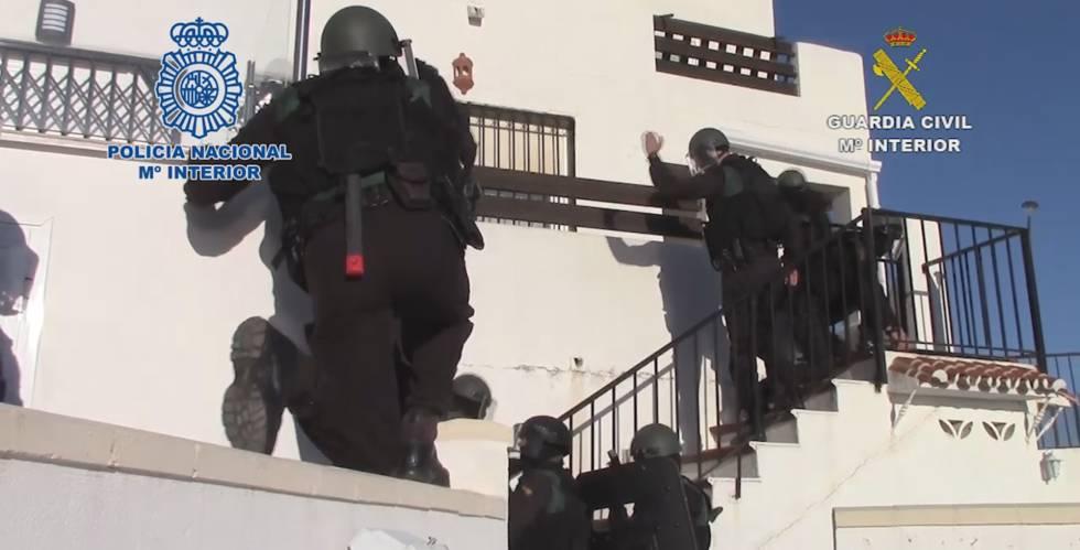 Los agentes, antes de irrumpir en una de las viviendas registradas.