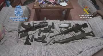 Parte del arsenal intervenido por los agentes.