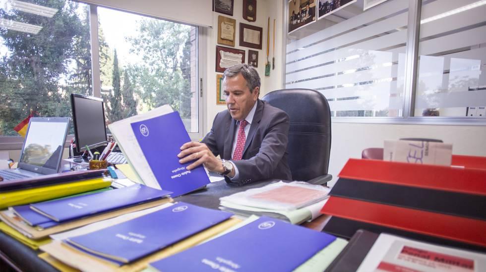 El abogado Fernando Osuna, revisa en su despacho carpetas con casos de demandas de paternidad.