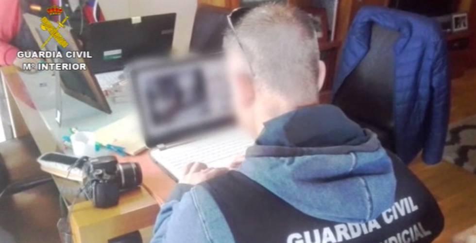 Un agente del instituto armado, durante la investigación.