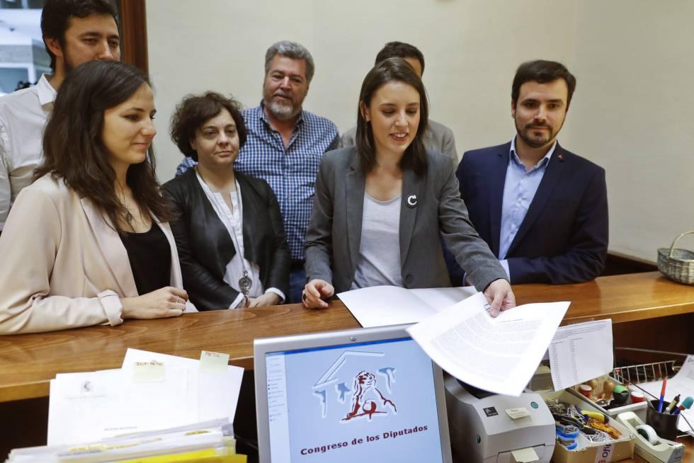 La portavoz parlamentaria de Podemos, Irene Montero, junto al líder de IU, Alberto Garzón, y diputados de Unidos Podemos en el registro de la moción de censura.