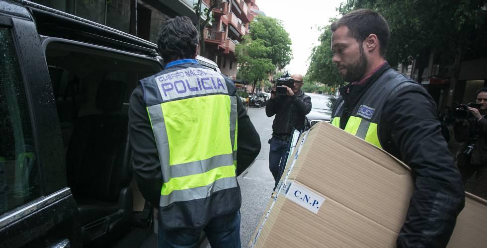 Agentes de la Policía Nacional, durante un registro en Barcelona, el pasado marzo.