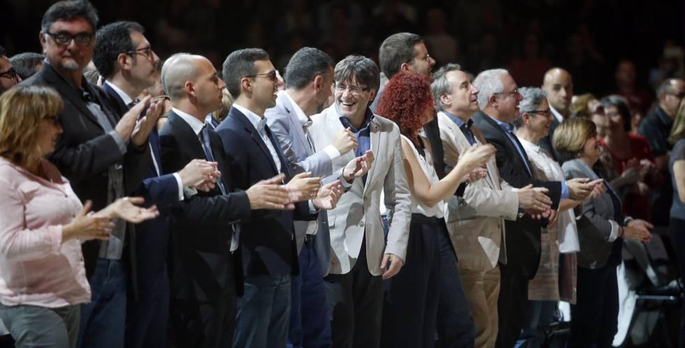 El presidente de la Generalitat, Carles Puigdemont, en el centro, participa al encuentro de Coros Infantiles de Cataluña en el Palau Sant Jordi de Barcelona.
