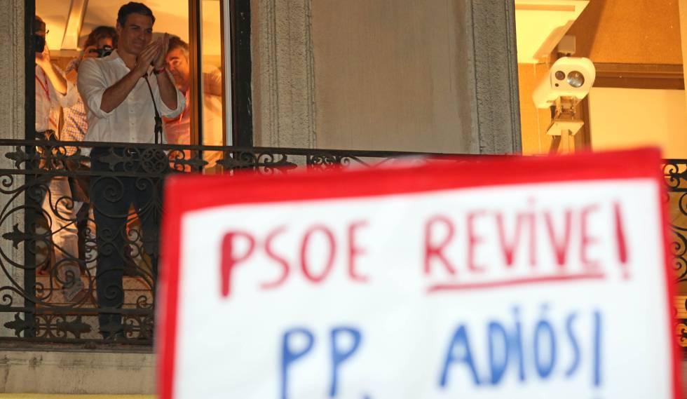 Pedro Sánchez en el balcón de la sede del PSOE, en Ferraz.