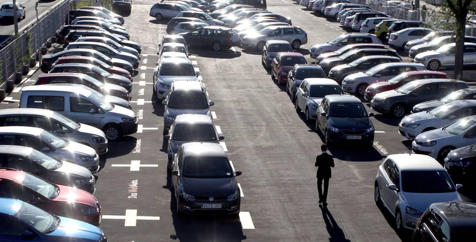 Varios coches aparcados en un concesionario de Volkswagen.