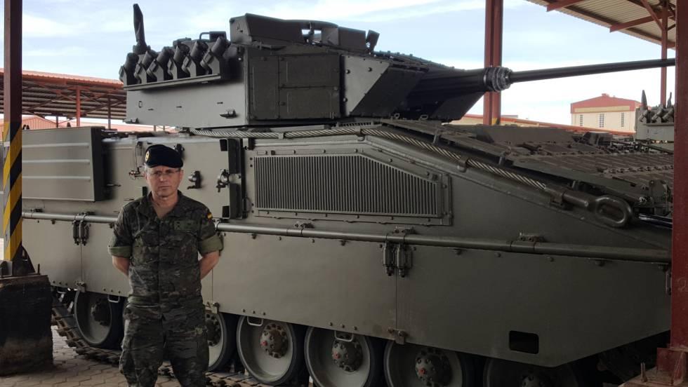 El general Dacoba, ante un vehículo de combate Pizarro como los enviados por el Ejército español a Letonia.