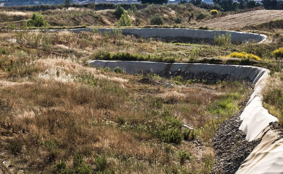 Una capa de terra cobreix l'abocador de Cruïlles.