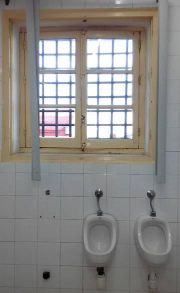 Imagen de un baño del CIE de Algeciras.