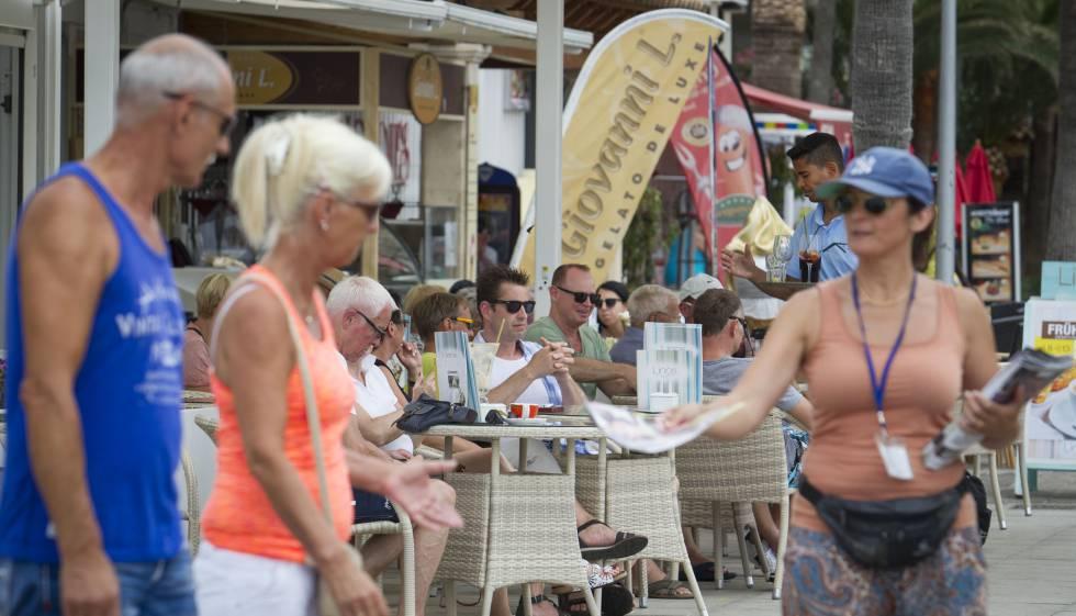 Un grupo de turistas disfruta de sus vacaciones en Palma de Mallorca, en junio de 2016.
