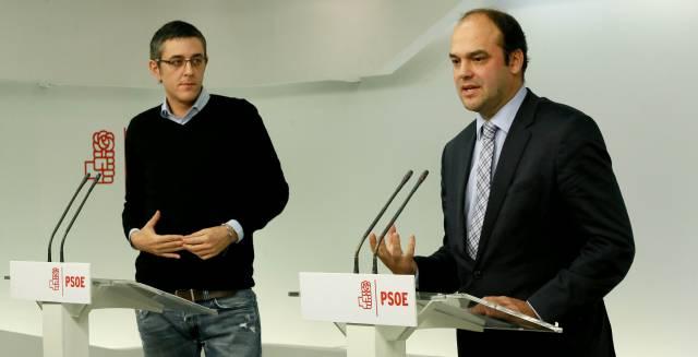 Eduardo Madina (i) y el economista José Carlos Díez, en Ferraz.