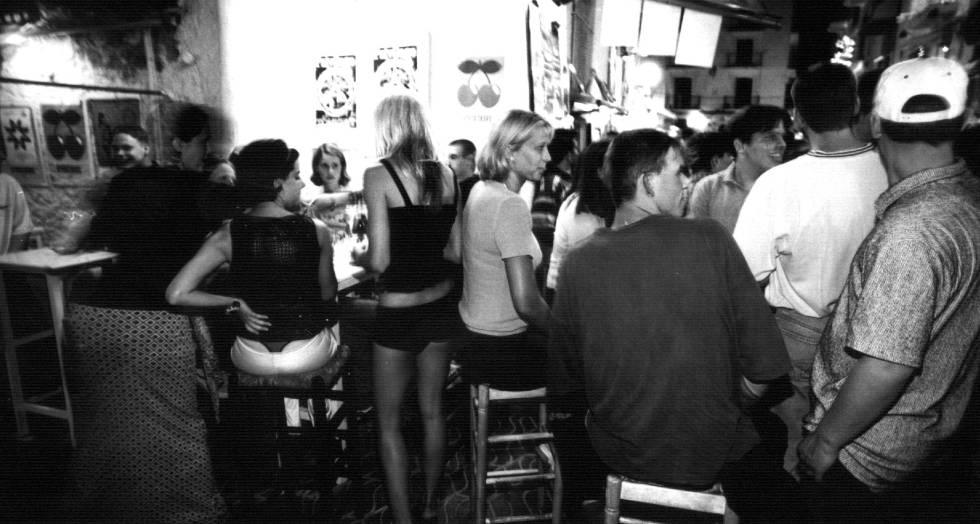 Jóvenes en un bar de Ibiza.