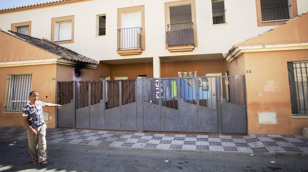 Un vecino de Villamanrique (Sevilla) señala la vivienda donde fueron hallados los niños encerrados.