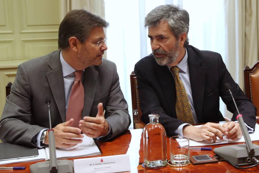 El presidente del Tribunal Supremo y del CGPJ, Carlos Lesmes (d), y el ministro de Justicia, Rafael Catalá (i).