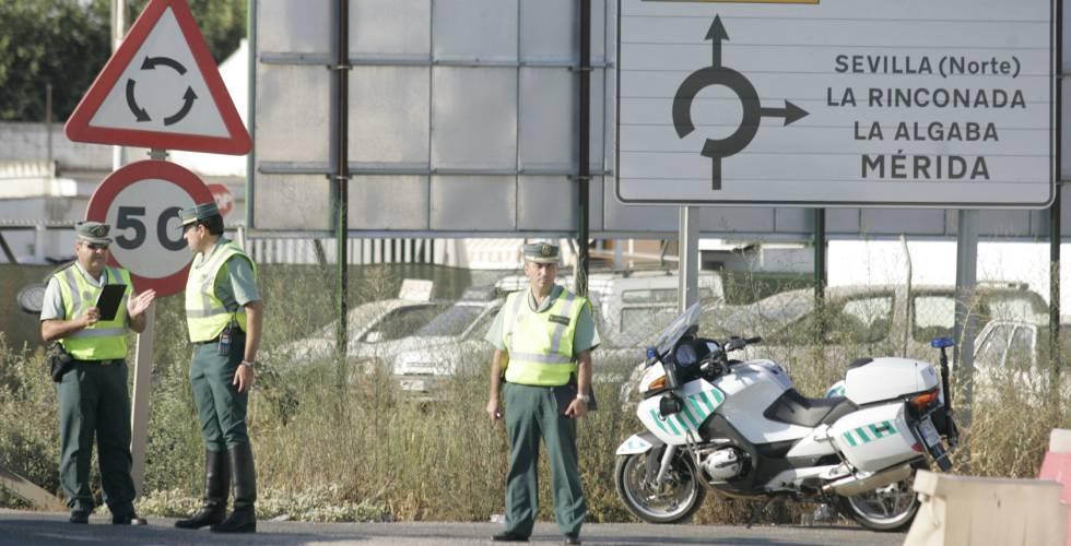 La Guardia Civil controla el tráfico de automóviles en la A-8008, en una imagen de archivo.