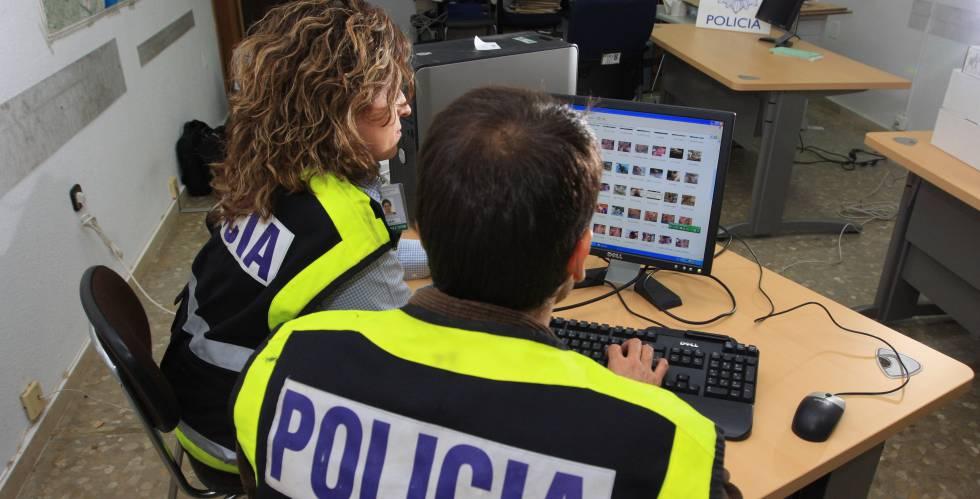 Dos policías del grupo de delitos informáticos de la comisaría de Málaga.