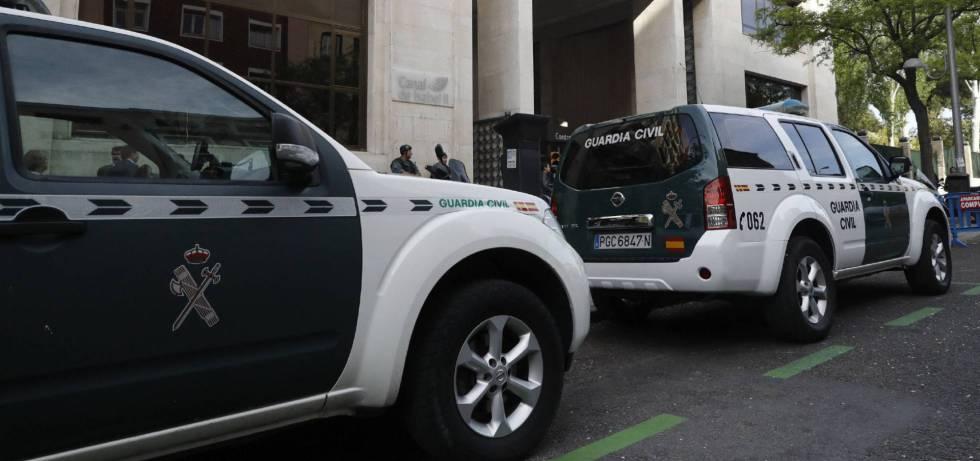 Dos coches de la Guardia Civil durante una operación policial.