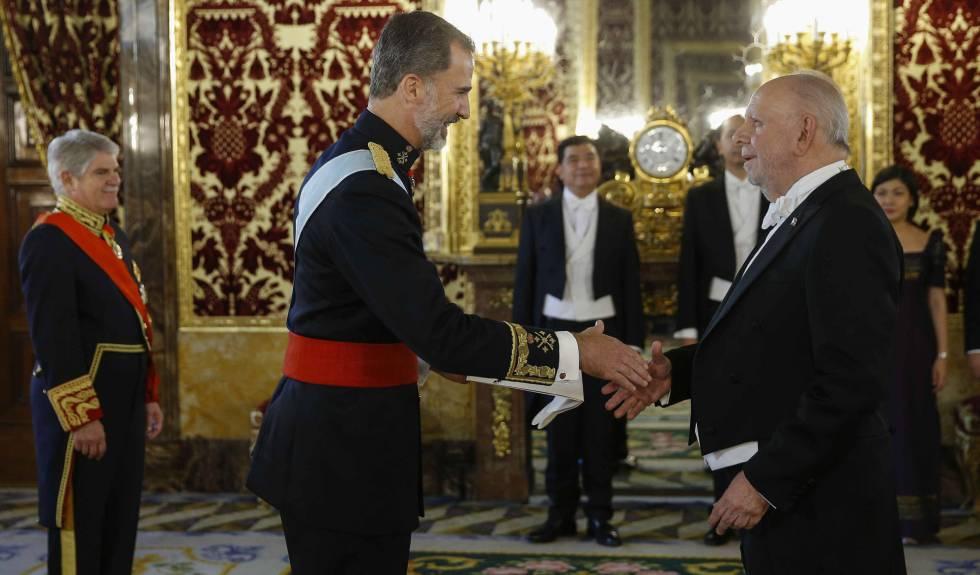 El Rey recibe las cartas credenciales del nuevo embajador de Filipinas, Philippe Lhuillier Jones.