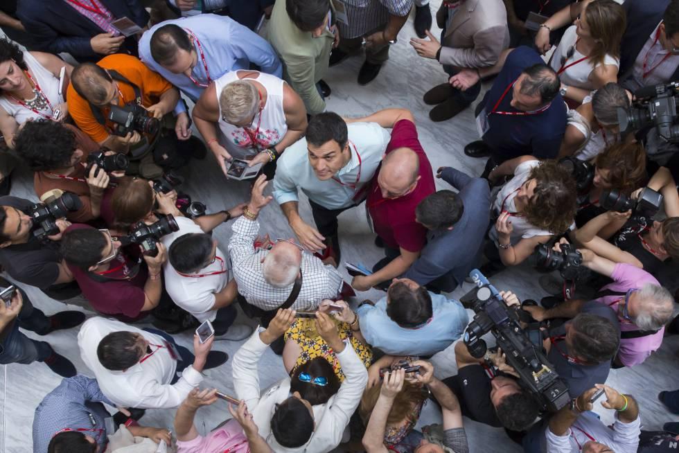 Pedro Sánchez rodeado de militantes y de cámaras en el congreso del PSOE, este sábado.