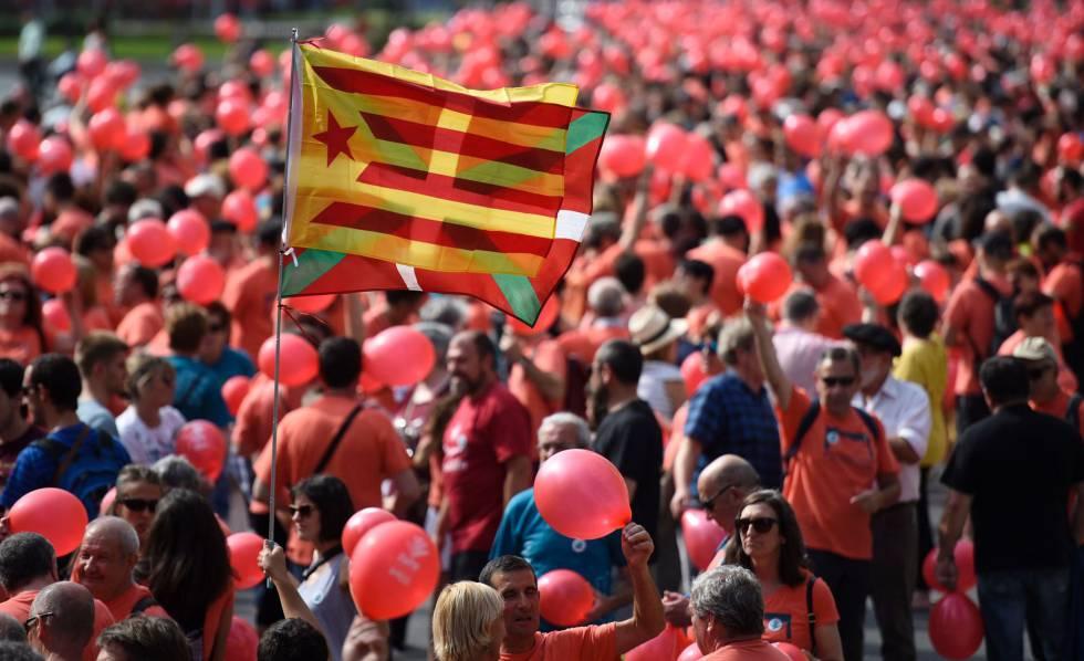 Un manifestante sostiene una estelada junto a una ikurriña en Bilbao.