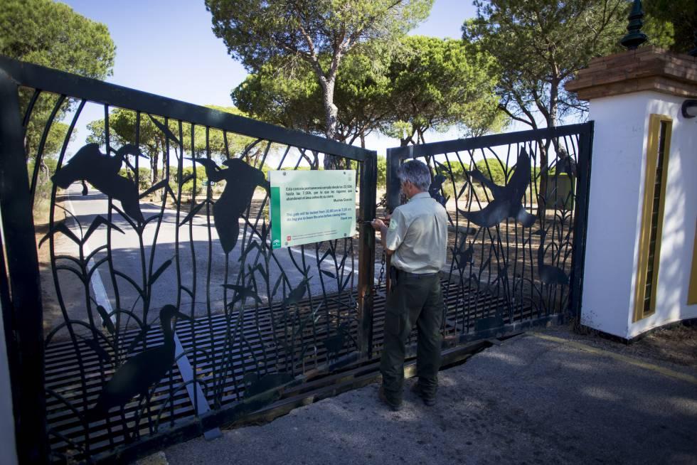 Un técnico de la Junta cierra la verja del centro de cría del lince de El Acebuche.