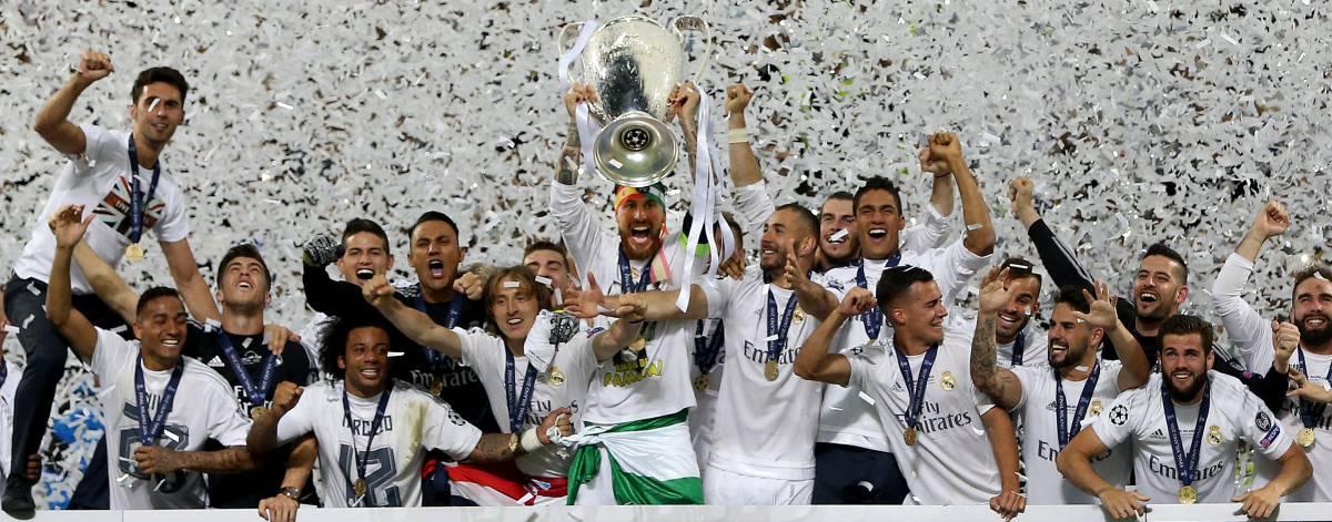 Los jugadores del Madrid celebran el título.