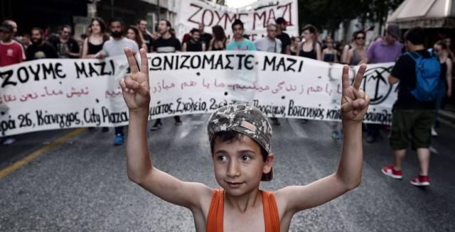 Un niño refugiado durante una protesta en Turquía.