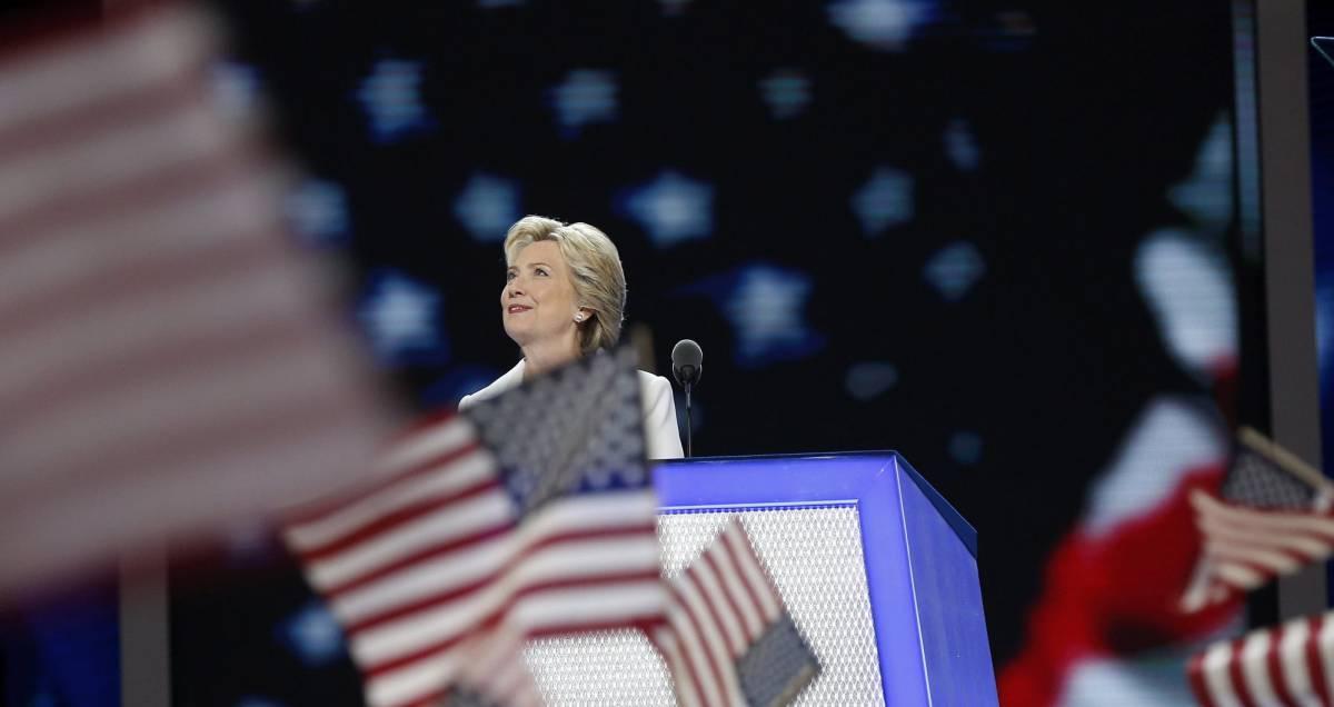 Clinton escucha la ovación que le recibió en Filadelfia al aceptar la nominación.