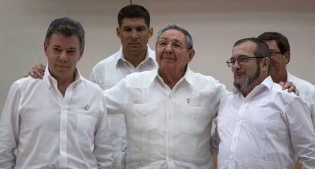 Santos, presidente de Colombia (izqda), Rául Castro (Cuba) y Timoleón Jiménez, representante de las FARC (drcha).