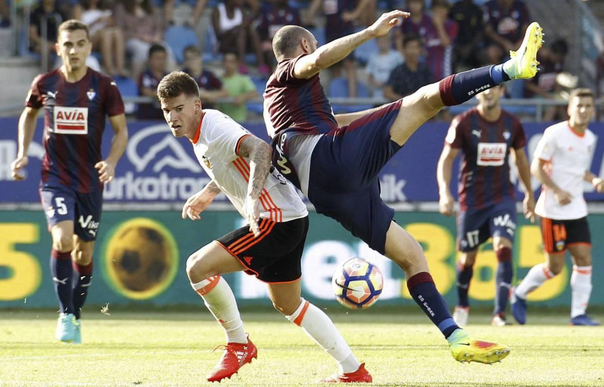 Santi Mina disputa un balón con Gálvez.