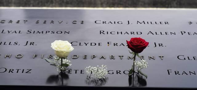 Flores sobre los nombres de víctimas en las piscinas de homenaje de la zona cero.