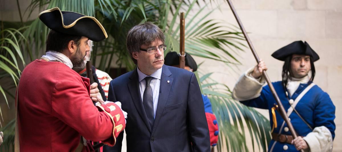 El presidente catalán, Carles Puigdemont, recibe a la Coronela.