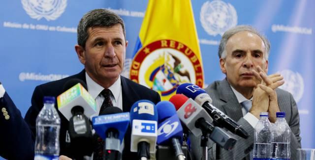 El jefe de la Misión de la ONU en Colombia, Jean Arnault (dcha.), y el jefe de los observadores internacionales, el general Javier Pérez Aquino.