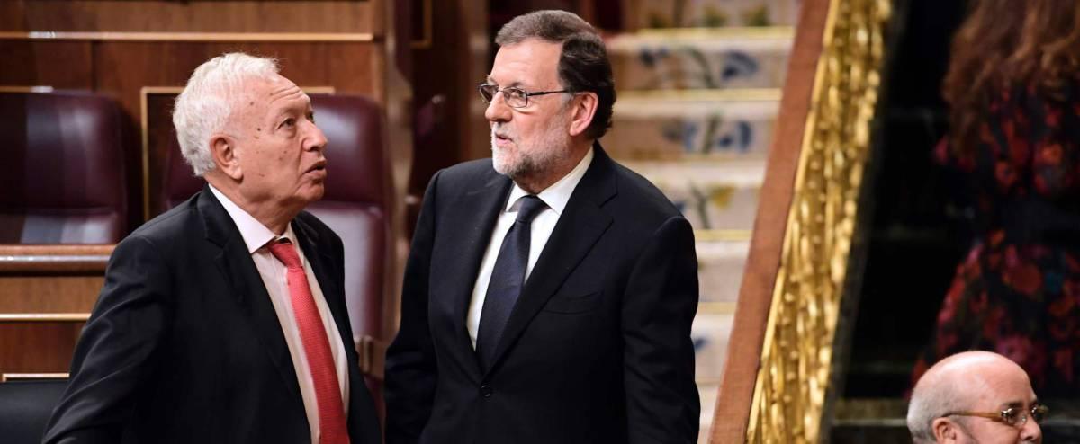 Margallo, con Rajoy, en el Congreso.