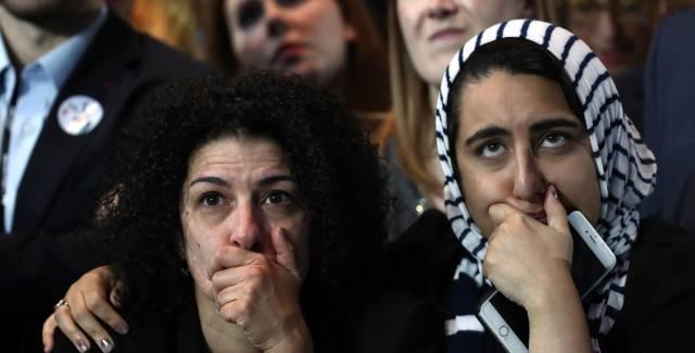 Dos mujeres reaccionan al avance de Trump en el recuento.
