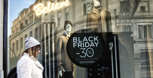 """Un comercio textil en Gran Vía, centro de Madrid, anuncia descuentos con motivo del """"Black Friday"""" de 2015."""