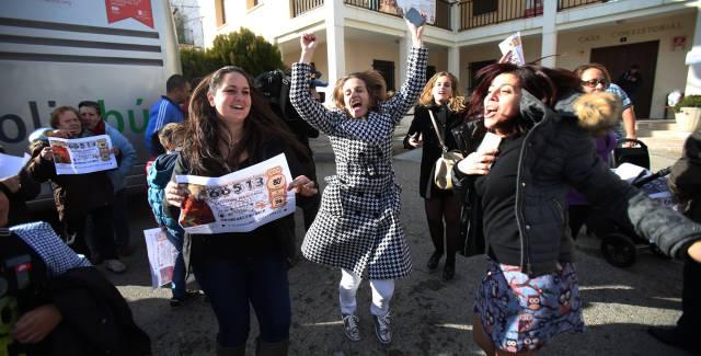 Los vecinos de Brea de Tajo celebran el Gordo de la Lotería.