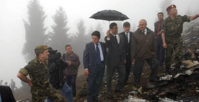 Federico Trillo (c), junto a su homólogo turco, Vecdi Gonul (2ºd), durante la visita al lugar del accidente del Yakolev 42.