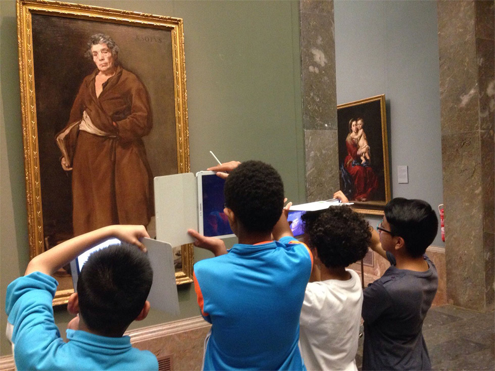 Niños fotografiando un cuadro en el Museo del Prado