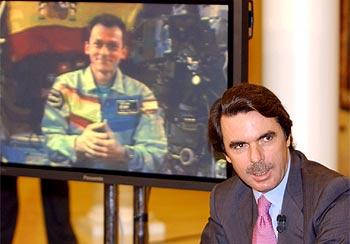 El presidente, en la Moncloa durante la videoconferencia con el astronauta español (en la pantalla).