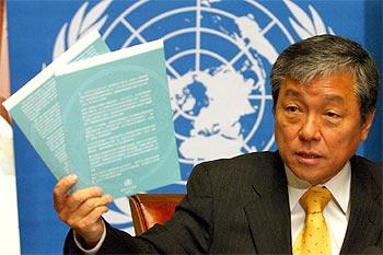 El director de la OMS, el surcoreano Jong Wook Lee, durante la rueda de prensa para presentar el informe en Ginebra.