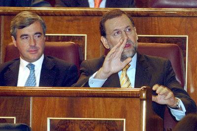 Rajoy levanta la mano para intervenir tras el discurso de Zapatero en el Congreso.