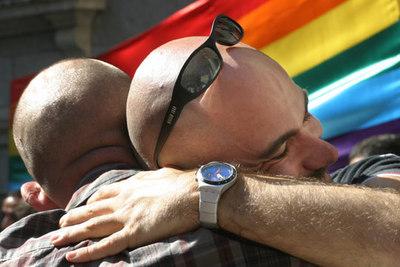 Una pareja celebra a las puertas de la Cámara Baja la aprobación del matrimobio gay.
