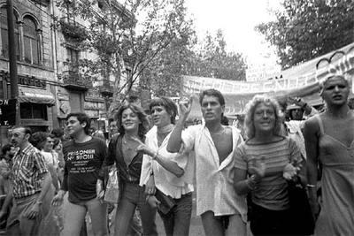 Primera manifestación, aún ilegal, del Orgullo Homosexual, celebrada en Barcelona en 1977.