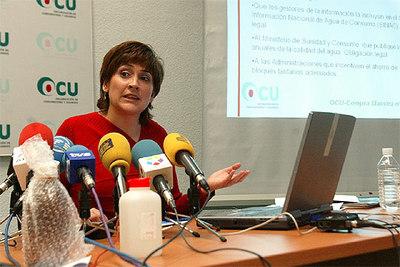 La técnico en calidad de la OCU Belén Ramos, durante la presentación del estudio sobre calidad y precio del agua.
