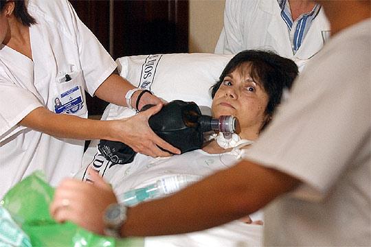 Inmaculada Echevarría, la mujer de 51 años que sufre distrofia muscular progresiva, en su habitación del hospital.