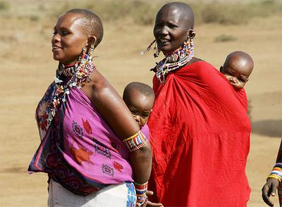 Mujeres Masai pasean con sus hijos en Kenia