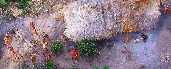 Miembros de la nueva tribu descubierta en Brasil apuntan al aire con sus arcos desde donde se les está fotografiando